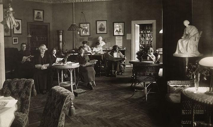 Gammelt bilde av damer som leser