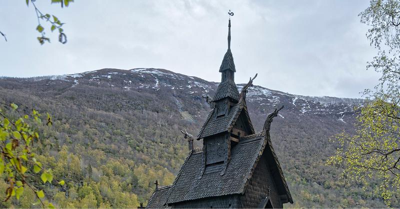 Dei norske stavkyrkjene.Byggekunst i verdsklasse