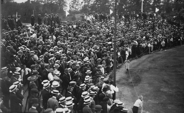 Fotballpublikum på Frogner. 1917. Stor folkemengde, de fleste har hatt.