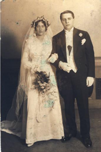 Brudebilde. Stående, Smoking og brudekjole. Blomsterbukett.