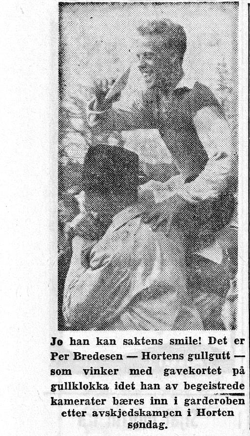 Avisutklipp av Per Bredesen som sitter på skuldrene til mann med hatt. Smiler.