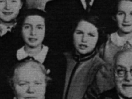 Utsnitt av familiebilde, to jenter ca. 10-11 år. Sort-hvitt.