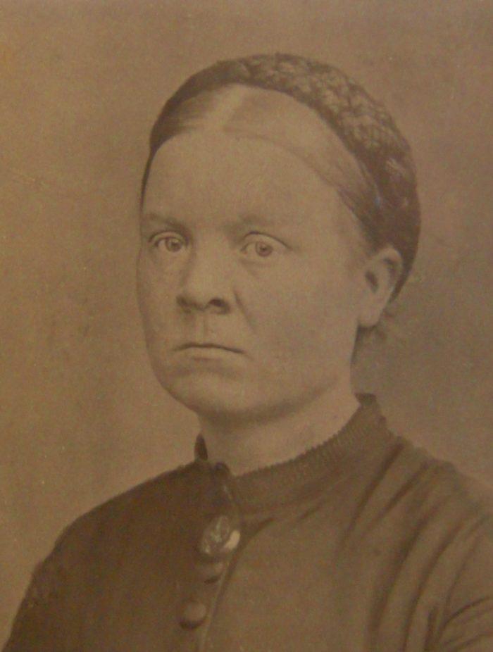 Portrettbilde. Kvinne med tilbaketrukket hår.