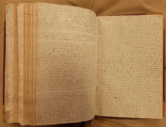 Åpen bok. Håndskrift.
