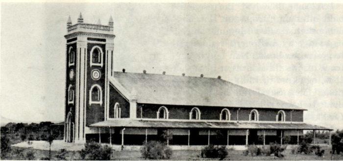 Stor, avlang kirke.