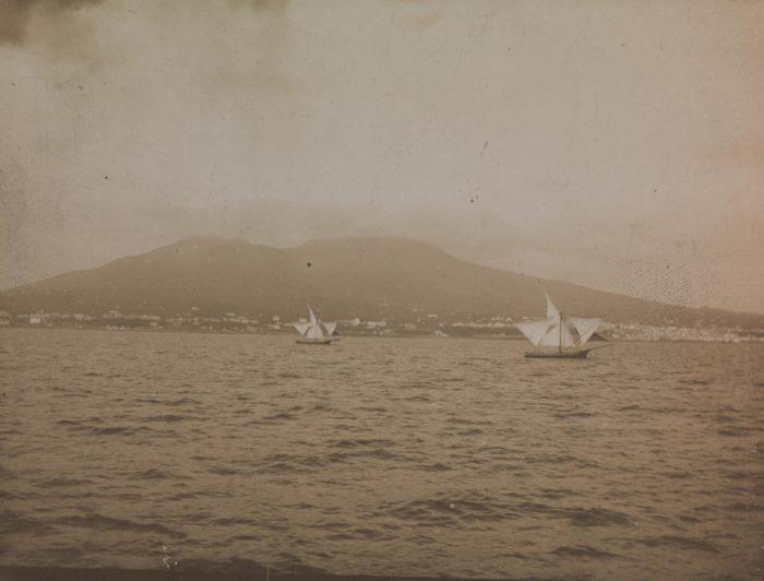 Fotografi, sort-hvitt, fra havet, fjell i bakgrunnen.