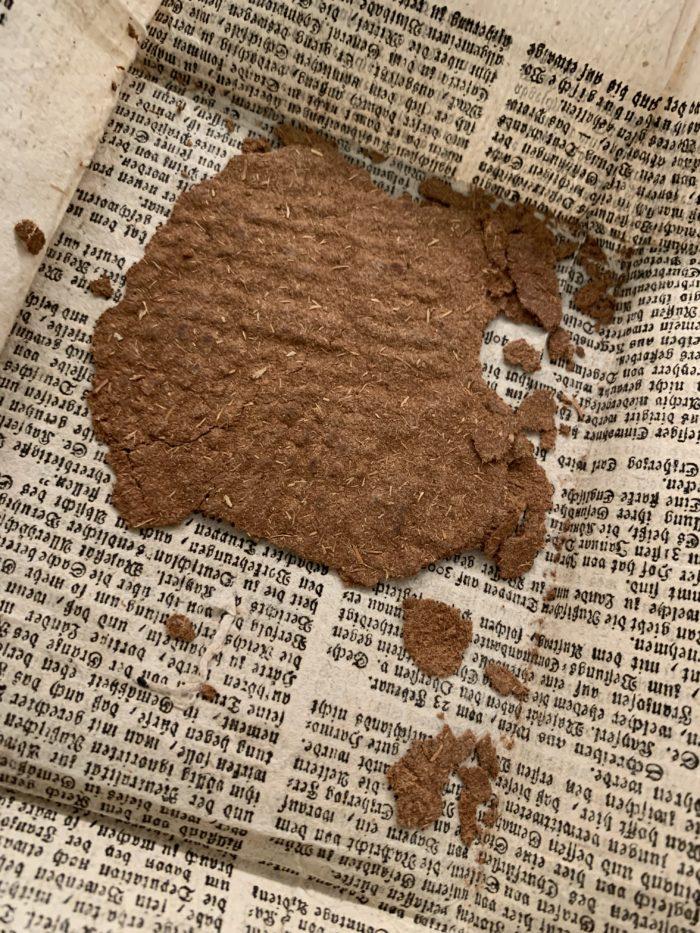 flatt, brunt barkebrød på et brevpapir