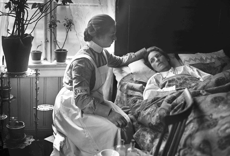 Sykeseng, sykesøster, føler på pannen
