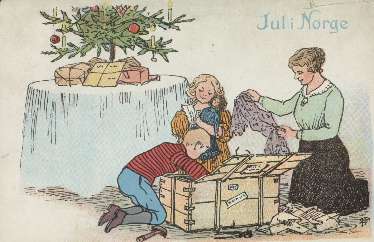 Julekort. Barn og mor foran juletre, pakker opp gaver.