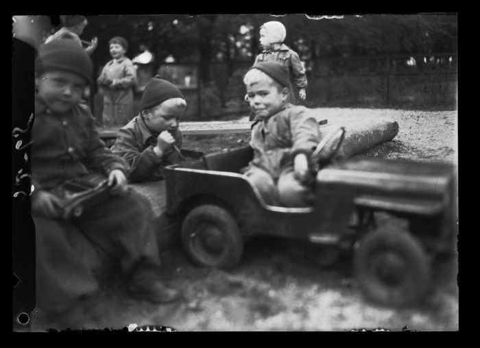 Barn i barnehage, gutt i lekebil.