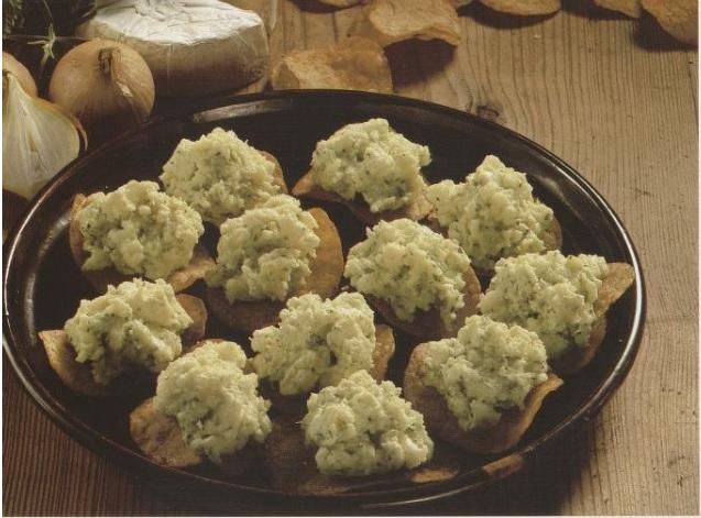 Fat, potetgull, kladder med klumpete smør på potetgullet