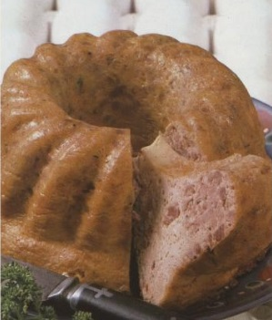 Rund, brun pudding sett fra siden.
