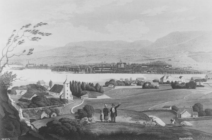 Tegning, by og fjord, sett fra en ås