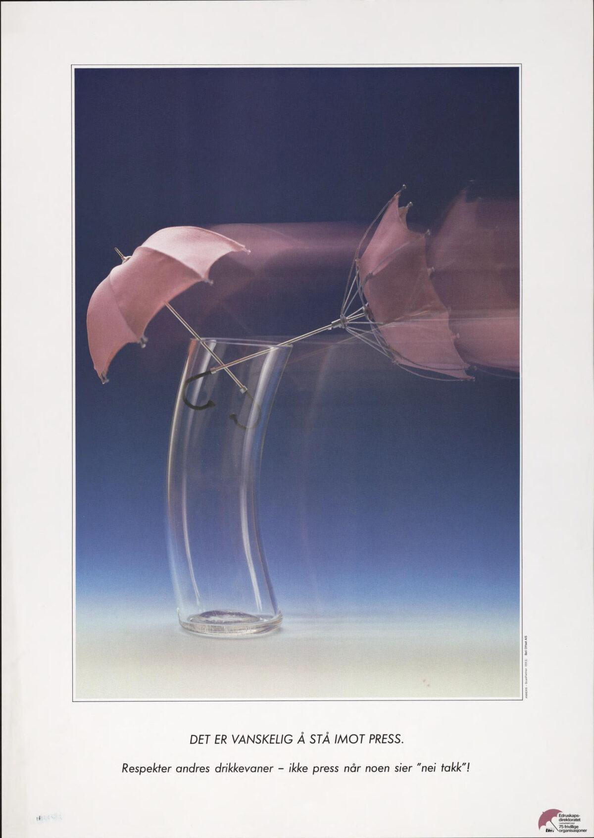 To paraply som står i et glass, bevegelsesuskarphet, og tilsynelatende blåser det så den ene paraplyen er vrengt Plakat for holdningskampanje om drikkepress fra Statens edruskapsdirektorat