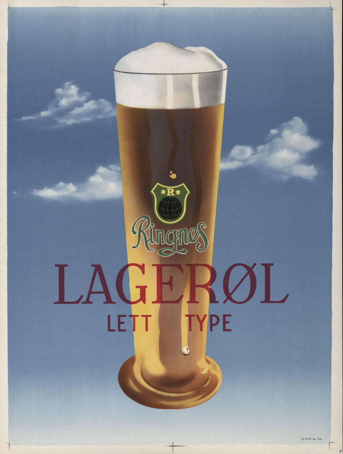 Illustrasjon av høyt, skummende ølglass på himmelblå bakgrunn med skyer - Tekst «Ringnes Lagerøl Lett type»