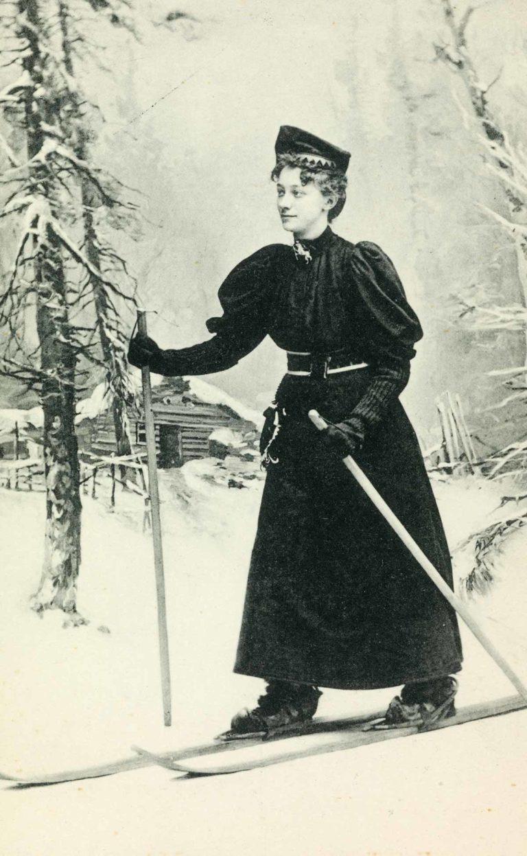 Uidentifisert kvinne på ski (postkort)