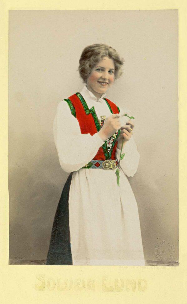Kvinne i nasjonaldrakt, ca. 1895–1908