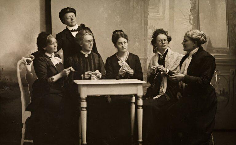 Fernanda Nissen og kvinner som strikker