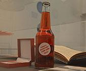 oversiktsbilde fra utstillingen - pop i brusflaske