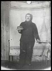 mann med stabel av pannekaker